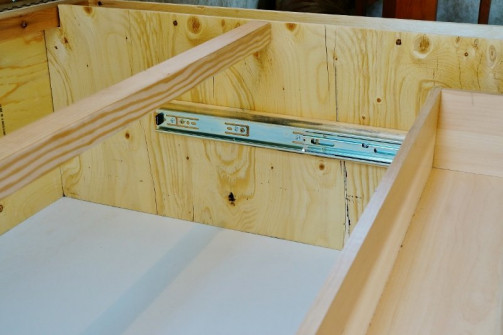 Daybed drawer hardware view