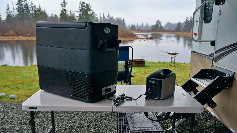 HIMCEN H740 powering a portable 12V fridge freezer